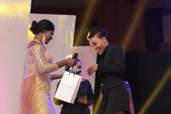 Susan Peters presents award to Lola OJ