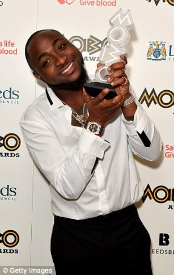 MOBO46D233B200000578-5130007-Grateful_Davido_poses_in_the_winners_room_with_the_the_Best_Afri-a-30_1512001666994