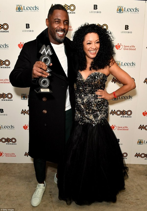 MOBO46D233CC00000578-5130007-Delighted_Idris_posed_with_his_award_and_founder_of_MOBOs_Kanya_-a-25_1512001658385