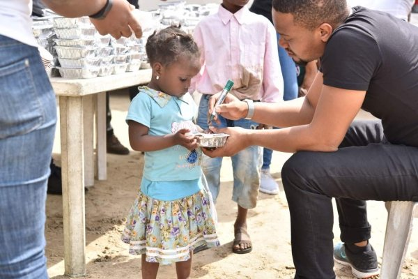 PHOTOS: Heart2feed takes Christmas to Ajegunle | TheCable.ng