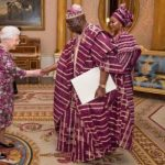 EXTRA: Queen Elizabeth in iconic fashion moment with Nigeria's high commissioner | TheCable.ng