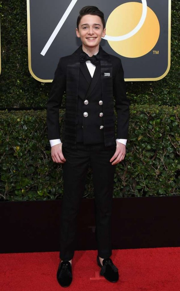rs_634x1024-180107150338-634-red-carpet-fashion-2018-golden-globe-awards-Noah-Schnapp.