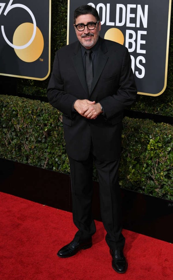 rs_634x1024-180107151228-634-red-carpet-fashion-2018-golden-globe-awards-Alfred-Molina.