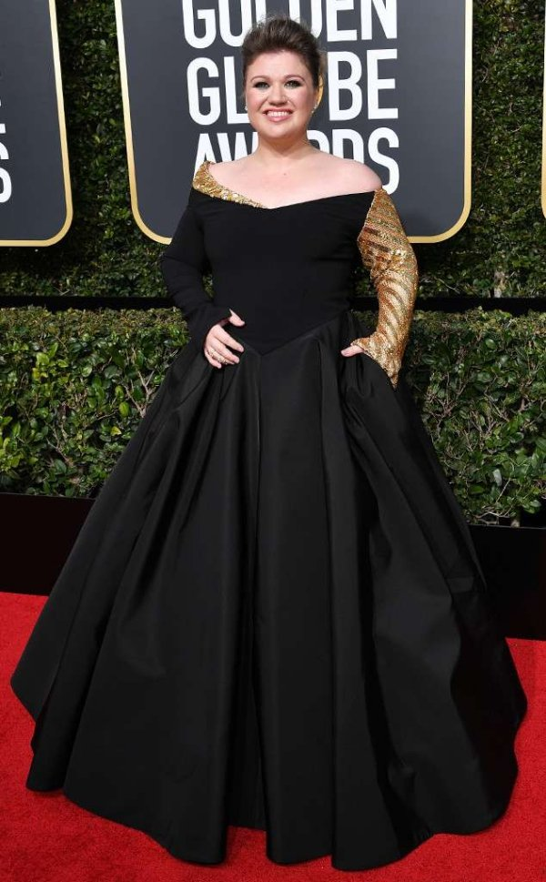 rs_634x1024-180107152509-634-red-carpet-fashion-2018-golden-globe-awards-kelly-clarkson.
