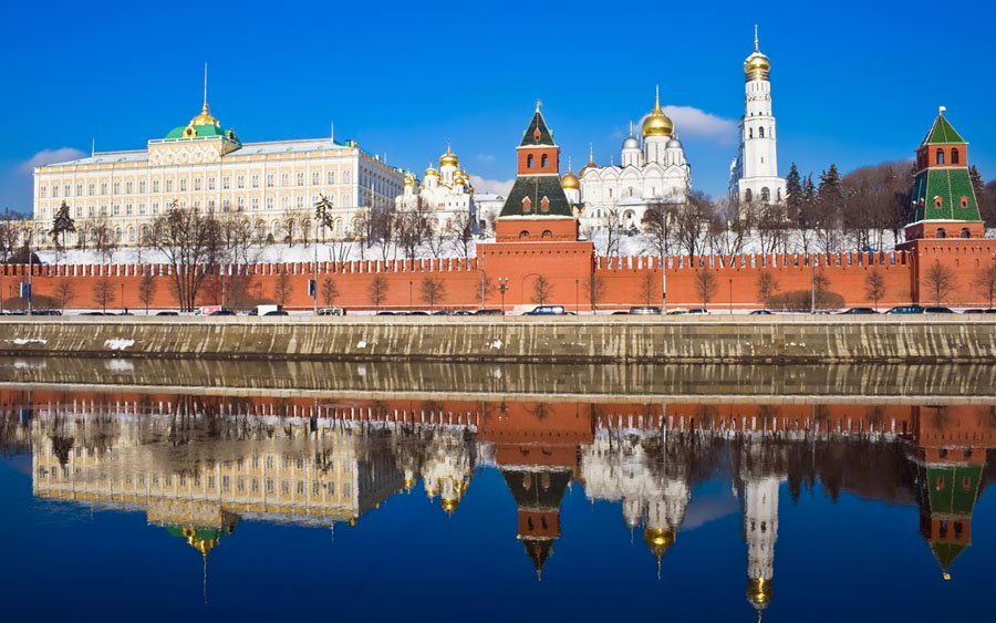 Famous-Moscow-Kremlin-and-beautiful-reflection-in-Moskva-river-Russia
